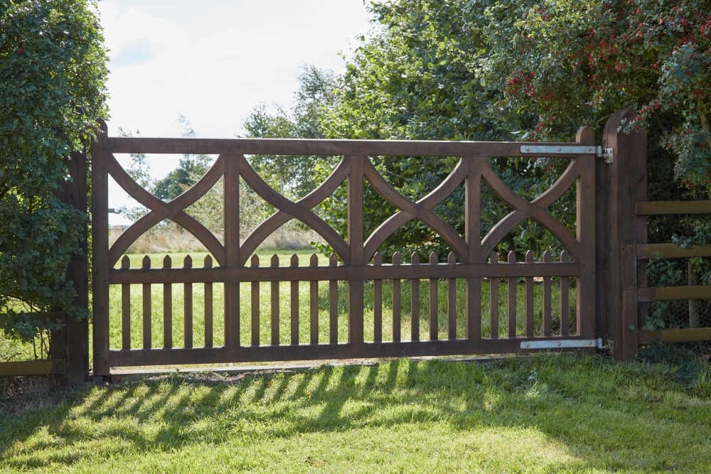 Girtin wooden gate with curved crosses and uprights